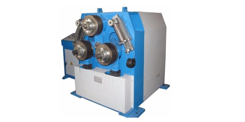 Roladora de Perfiles Hidráulica W24Y 1000 para formar perfiles de metal.
